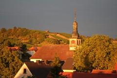 Dorf im Abendrot (Klaus R. aus O.) Tags: dorf kirche uhr zeit abendrot weinberg oberschwappach knetzgau sommertal himmel rot land baum busch wolken abend blau dach