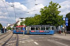 Langsam setzt P-Zug 2005/3005 in das Gleisdreieck am Wettersteinplatz zurück, um wieder pünktlich zur Großhesseloher Brücke einzusetzen (Frederik Buchleitner) Tags: 2005 3005 linie25 munich münchen pwagen strasenbahn streetcar tram trambahn wettersteinplatz