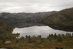 Klovskardvatnet (magneroed) Tags: klovskardvatnet lake tjern tjørn water mountain fjell fitjar fitjarfjellet norway landscape sky himmel 4autumn