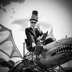 MeraLuna_2018 (39.3) (uwesacher) Tags: bw sw musikfestival steampunk einfarbig monochrom fahrzeug technik räder porträt himmel old mera luna dieselpunk personen 2018 hildesheim flughafen sonne wolken mèraluna sonnenbrille hut kostüm sunset flügel flugmaschinen