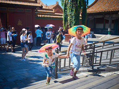 2018 Beijing - Gu Gong 63 (C & R Driver-Burgess) Tags: gugong forbiddencity beijing ancient palace buildings decorated painted elaborate chinese crowds tourists gold courtyard plaza open space area square rainbow headgear umbrellas kids child girl preteen young middleschool age elementary parent mother boy father 故宫