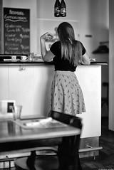 Jeu de main (Mathieu HENON) Tags: leica leicam noctilux 50mm m240 monochrome laphotodulundi nb bnw blackwhite noirblanc graz autriche austria dersteirer restaurant main comptoir bistro jeunefemme styrie attente