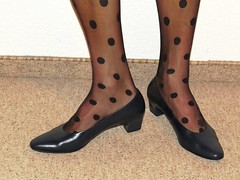 elegant Gabor leather pumps and dotted hose - close up pics (Isabelle.Sandrine2001) Tags: hose pantyhose legs feet shoes pumps leather heels shoeplay dangling
