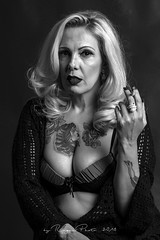 Sess+úo do Studio-359 (Adriana.Britto) Tags: ensaio fotográfico retrato portrait blond blondr loira milf mature mulher femme woman art people pb blackandwhite blackwhite tattoo tatuagem tatuagens photo foto fotografia photography