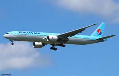 Korean Air Lines Boeing 777-3B5(ER) HL7202 / CDG (RuWe71) Tags: koreanairlines kekal koreanair southkorea republicofkorea seoul boeing boeing777 b777 b773 b777300 b777300er b7773b5 b7773b5er boeing777300 boeing777300er boeing7773b5 boeing7773b5er hl7202 cn603771539 n5020k parisroissy roissycharlesdegaulle parischarlesdegaulle parischarlesdegaulleairport charlesdegaulleairport aéroportsdeparis cdg lfpg widebody twinjet landing sunshine
