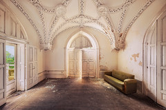 the white room (ThomasMueller.Photography) Tags: abandoned couch decay gothic gotik lostplace marode sofa sonnenlicht stucco stuck sunlight thomasmuellerphotography ue urbanexploration urbex verfall verlassen weisseszimmer whiteroom