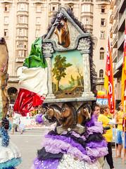 """2010-01-28 Desfile Inaugural de Carnaval en Montevideo (29) - Lis Mascaris, eine Gruppe von Kuenstlern aus Italien ist zu Gast beim """"Desfile Inaugural de Carnaval"""" (Umzug zur Eroeffnung des Karnevals) in Montevideo, Uruguay (mike.bulter) Tags: bild carnaval carnival centro desfileinauguraldelcarneval2010 gemälde karneval karnevalsumzug kunst lismascaris montevideo parade southamerica suedamerika umzug uruguay ury"""