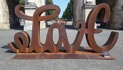 Love Hate Ambigram-Sculpture (epemsl) Tags: ambigram sculpture siegestor münchen miaflorentineweiss 2018