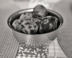 7e2_8251186-sfx-019-plums (Wolfgang Lonien) Tags: stilllife fruits plums bowl bw blackandwhite monochrome