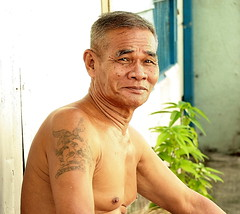 off duty air force man (the foreign photographer - ฝรั่งถ่) Tags: air force man sitting khlong thanon portraits bangkok bangkhen thailand canon