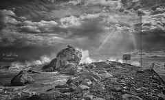 (398/18) Mar brava (Pablo Arias) Tags: pabloarias photoshop ps capturendx españa photomatix nubes cielo paisaje mar agua mediterráneo monocromático bn blancoynegro roca olas lacala finestrat benidorm alicante