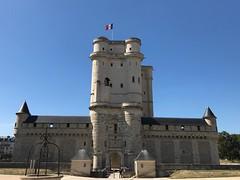 Château de Vincennes (Berliner1963) Tags: tricolore blue blau sky himmel architecture architektur donjon château castle schloss vincennes paris france frankreich