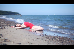 * (Henrik ohne d) Tags: eos5dmk2 ef85mmf18 june2018 portrait sarah beach beachwear swimsuit girl shore waves stones balticsea ocean blonde sensual
