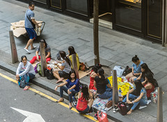 Picknick in the Streets (*Capture the Moment*) Tags: 2017 fotowalk hausmädchen hongkong housemates menschen people sonntag sonya7m2 sonya7mii sonya7mark2 sonya7ii sonyfe70200mmf28gmoss sonyilce7m2 sunday