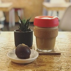 Taking away an @oatly @hasbean latte in a @keepcup Cork Edition is surely Wednesday goals👌 .  @jemimaduncalf ☺️ . #bombompatisserie #succulents #vegan #vegansofig #oatmilklatte #specialitycoffee (bombompatisserie) Tags: loughborough cake cafe bom patisserie