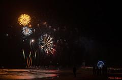 DSC_8363-5 (Piet Bink (aka)) Tags: vuurwerk fireworks scheveningen festival international avond zaterdag saturday evening night wedstrijd competition zee sea water lucht sky kleur kleuren colours schouwspel pier reuzenrad kurhaus boulevaar donker dark boat ponton