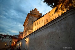 Praga crepuscular (pepelara56) Tags: muro crepúsculo nubes castillo calle