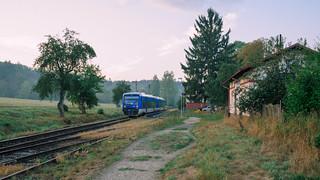 Na torach pociąg, na drzewach jabłka / Trains on the tracks, apples on the trees / Vlak na kolejích, jablka na stromech
