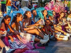 2010-01-28 Desfile Inaugural de Carnaval en Montevideo (17) - Diese jungen Taenzerinnen informieren sich vor dem Start des Umzugs noch schnell im Programmheft ueber die Konkurrenz - Desfile Inaugural de Carnaval (Umzug zur Eroeffnung des Karnevals) in Mon (mike.bulter) Tags: carnaval carnival centro child desfileinauguraldelcarneval2010 frau karneval karnevalsumzug kind menschen montevideo parade people southamerica suedamerika umzug uruguay ury woman