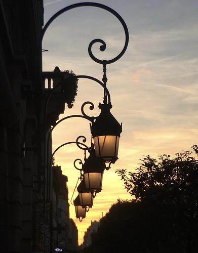 Comme nous sommes en pleines journées du patrimoine j'ai capturé ce coucher de soleil et ces lampadaires de la mairie de Vincennes qui s'illuminent