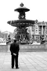 """Elle m'a posé un lapin"" (Something Sighted) Tags: paris france placedelaconcorde fontainesdelaconcorde blackandwhite noiretblanc streetphotography scènederue 75008"