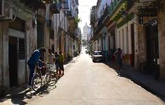 Cuba- La Habana (venturidonatella) Tags: cuba lahabana lavana avana habana street strada streetlife streetscene sole sun luce light shadow ombra controluce persone people gentes colori colors nikon nikond500 d500 bici bike bicicletta
