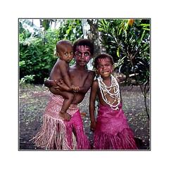 "Fillettes ""Small Nambas"" / Malekula - Vanuatu (PtiteArvine) Tags: smallnambas enfants malekula jungle regards vanuatu ilesdupacifique tradition analogique film24x36 diapositive"