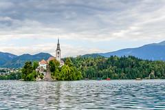 Hacia la isla (Emilio A.S.) Tags: eslovenia bled lago isla agua nubes barcas iglesia navegación paisaje emilioas