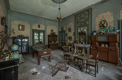 Le salon du prof' (L'empreinte du temps) Tags: aventure oublié souvenir memoire temps ancien manfrotto 60d old past passé exploring abandoned architecture abandonné exploration urbex france friche 2018 canon decay patrimoine travel culturel closed rouille ruine ruined frosaker manoir chateau billard table bateau maquette globe salon pièce