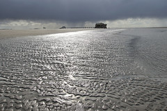 St. Peter Ording vor dem Regen (Judith Noack) Tags: nordsee küste strand pfahlbau himmel sand gegenlicht sonne ebbe wolken wolkenbruch regen unwetter wattenmeer flut stpeterording sanktpeterording northsea storm