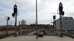 Berlin, Main station (Mado46) Tags: bxl06 mado46 germany deutschland berlin mainstation hauptbahnhof 6 signale signals sbahn 333v3f