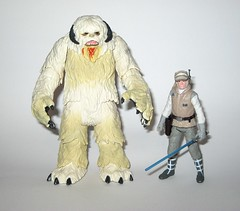 wampa and luke skywalker hoth star wars the last jedi red and white card creature and basic action figure force link 2017 hasbro b (tjparkside) Tags: wampa luke skywalker hoth star wars last jedi 2017 2018 hasbro basic action figure figures creature snow ice planet episode v five 5 tesb esb empire strikes back cave force link 20 green razor sharp fangs claws white fur tauntaun taun tauns lightsaber blaster pistol holster headgear jacket 5poa red card misb from