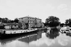 Le Canal du Midi à Agde... (woltarise) Tags: france hérault agde canaldumidi voiefluviale ricohgr reflets péniche bateaux quai bâtiments