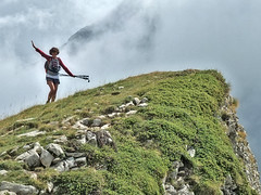 Surmonter le vertige... Overcome the vertigo... #darktable #FujiX-S1 #Digikam (ImAges ImprObables) Tags: auvergnerhônealpes drôme commune lajarjatte vallon vallondelajarjatte montagne lauzon lacdulauzon nuage ciel pelouse personne femme christine vertige falaise traitement darktable digikam fujixs1