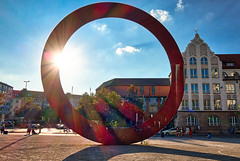 Der Ring / The Ring (chrisar676) Tags: münchen flare sonydscrx100m3 maurostaccioli rot sonne derring farben skulptur sony hdr aurorahdr2018 flares affinityphoto farbe highdynamicrange color colors colour colours red sun