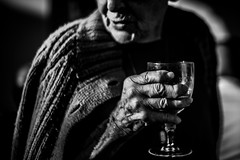 Fiesta2 (PaxaMik) Tags: portrait portraitnoiretblanc noiretblanc blackandwhitephotos black main hand contraste glass