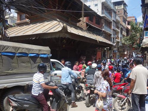 Le trafic est très dense dans le centre de Kathmandu... Il faut se faufiler entre toutes ces motos pour marcher.