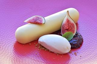 La figue de Solliès compotée à la fêve de Tonka, dacquoise à la noisette, crème légère au chocolat blanc Opalys, sorbet fromage blanc.