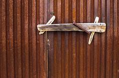 Seguridad Artesana (247/365) (Walimai.photo) Tags: caminodesantiago víadelaplata villabrázaro zamora españa spain puerta door metal wood madera lx5 lumix panasonic street pueblo village