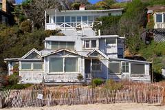 Maison blanche à rénover sur Newport Beach, Los Angeles (Christian Chene Tahiti) Tags: canon 7d newport beach plage maison house white sable colline bâtiment édifice plante végétation bleu vert blanc fence barrière bois