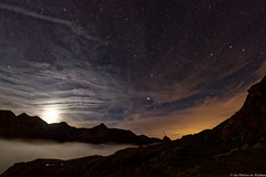 La Lune se couche après le soleil pour laisser la place aux étoiles