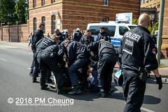 Rudolf-Heß-Gedenkmarsch 2018: Mord verjährt nicht! Gebt die Akten frei! Recht statt Rache  und Gegenprotest: Keine Verehrung von Nazi-Verbrechern! NS-Verherrlichung stoppen! – 18.08.2018 – Berlin –IMG_6171 (PM Cheung) Tags: rudolfhessmarsch wwwpmcheungcom berlin mordverjährtnichtgebtdieaktenfreirechtstattrache neonazis demonstration berlinspandau spandau friedrichshain hesmarsch rudolfhes 2018 antinaziproteste naziaufmarsch gegendemonstration 18082018 blockade npd lichtenberg polizei platzdervereintennationen polizeieinsatz pomengcheung antifabündnis rechtsextremisten protest auseinandersetzungen blockaden pmcheung mengcheungpo pmcheungphotography linksradikale aufmarsch rassismus facebookcompmcheungphotography keineverehrungvonnaziverbrechernnsverherrlichungstoppen antifaschisten mordverjährtnicht rudolfhesmarsch sitzblockaden kriegsverbrechergefängnisspandau nsdap nskriegsverbrecher geschichtsrevisionismus nsverherrlichungstoppen hitlerstellvertreterrudolfhes 17august1987 rathausspandau ichbereuenichts b1808 festderdemokratie verantwortungfürdievergangenheitübernehmen–fürgegenwartundzukunft rudolfhessmarsch2018 rudolfhesgedenkmarsch rudolfhesgedenkmarsch2018