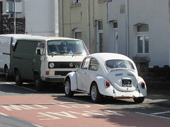 Two Volkswagens. (Andrew 2.8i) Tags: car cars classic classics carspotting street spot spotting transporter type2 t25 t3 german panelvan camper bus 1500 vw beetle volkswagen uk unitedkingdom