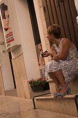 (jrodriguezm384) Tags: ostuni escalera sentada cartel mirada italia