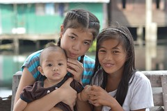preteen girls with baby (the foreign photographer - ฝรั่งถ่) Tags: two preteen girls baby khlong lard phrao portraits bangkhen bangkok nikon d3200