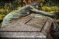 Infinie tristesse (Jean-Marie Lison) Tags: eos80d bruxelles laeken cimetière tombe statue pierre bronze