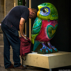Headbutting an Owl (Explored 30/08/2018) (zolaczakl) Tags: bath owl people photographybyjeremyfennell jeremyfennellphotography streetscenes uk england 2018 nikonafsnikkor24120mmf4gedvrlens nikond800 upperboroughwalls explored