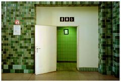 Südbahnhof, Unisex (Christoph Schrief) Tags: frankfurtammain südbahnhof unisexklo zeissikonzm leicaelmarit2828 kodakgold200 dmentwicklung plustekopticfilm7600 vuescan film analog farbe color