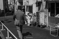 _DSF4978 ©izumimasakazu (izumi masakazu) Tags: monochrome streetsnap light 光 shadow 影 scenery silence human man city urban town movement motion activity lunchbreak お昼休み alley 路地裏 写真 ©和泉正和 photographer ©izumimasakazu