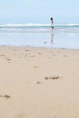 Tesoro: a ras de suelo (AriCatalán) Tags: arasdesuelo juegolvm escueladejackie sea sand mar arena rocas rocks playa beach kid niño